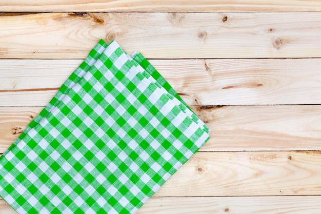Nappe verte sur table en bois, vue du dessus