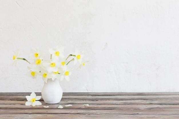 Narcisse dans un vase sur table en bois