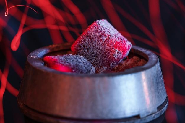 Narguilé des charbons ardents pour fumer