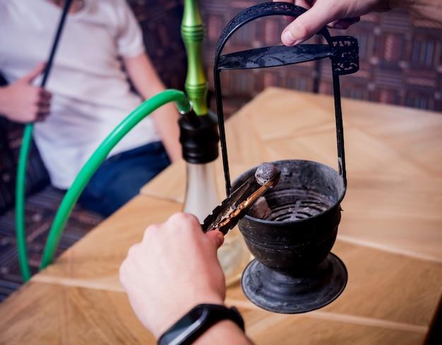 Narguilé de cuisine dans le bar. jeune, narguilé, restaurant, narguilé, barre, fumer, café