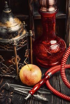 Narguilé de fumer est avec une saveur de fruits. tabac shisha à la menthe.