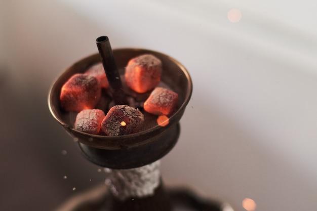 Narguilé shisha avec des charbons ardents rouges