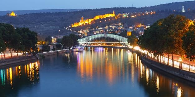 Narikala et pont de la paix à tbilissi, géorgie
