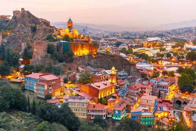 Narikala et vieille ville au coucher du soleil à tbilissi, géorgie