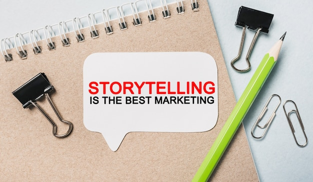 La narration de texte est le meilleur marketing sur un autocollant blanc avec un espace de papeterie de bureau