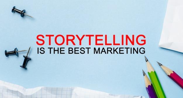 La narration de texte est le meilleur marketing sur un bloc-notes blanc avec des crayons