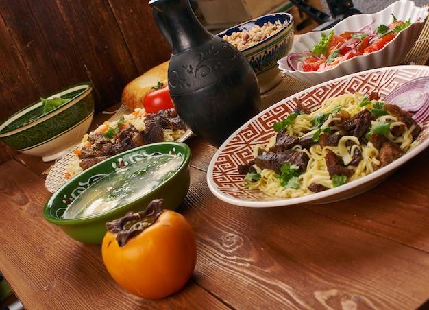 Naryn , cuisine tadjik, agneau aux nouilles, assortiment de plats tadjiks traditionnels, vue de dessus.