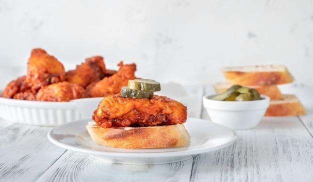 Nashville hot chicken recouvert de sauce au poivre de cayenne