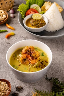 Nasi soto ayam ou soto medan aux crevettes est une soupe traditionnelle au poulet avec du riz du nord de sumatra