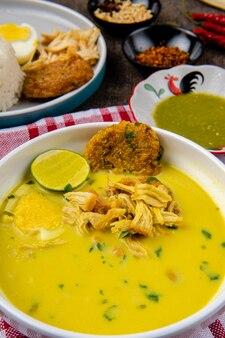 Nasi soto ayam ou soto medan est une soupe de poulet traditionnelle avec du riz de medan au nord de sumatra