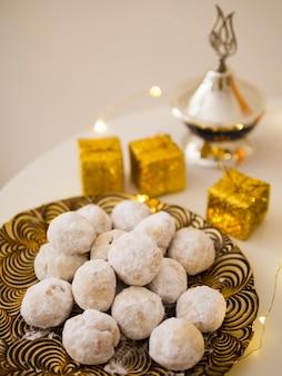 Nastar pâtisseries islamiques avec fond défocalisé