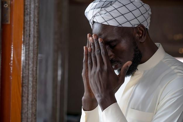 Nationalité mexicaine hommes musulmans prie dans une mosquée pour prier allah.