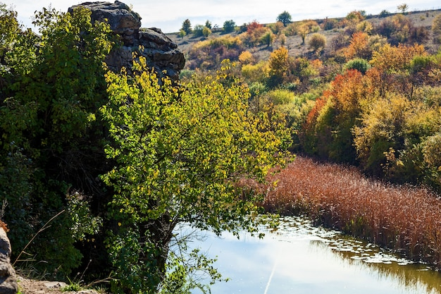 Nature à l'automne du canyon de hêtre, en ukraine. lieux et voyages intéressants en ukraine. la montagne tikich river coule dans les granites du protérozoïque, dont l'âge est estimé à 2 milliards d'années, et fo