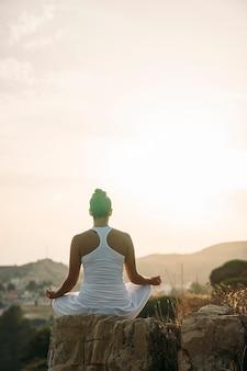 Nature, coucher de soleil et méditation