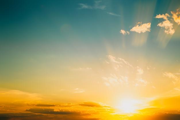 Nature du ciel avec coucher de soleil en été. environnement et fond météo. effet de tonalité de couleur vintage.