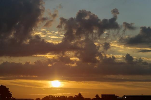 Nature du ciel sur la vue aérienne du coucher du soleil au-dessus des nuages avec une lumière dramatique