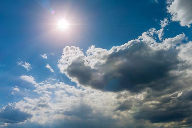 Nature du soleil dans le ciel nuageux avec des nuages