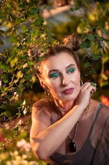 La nature est proche. agréable jolie femme debout près de l'arbre tout en étant proche de la nature