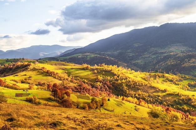 Nature exceptionnellement belle des montagnes des carpates dans de belles collines, un ciel fantastique de forêts colorées et un petit village