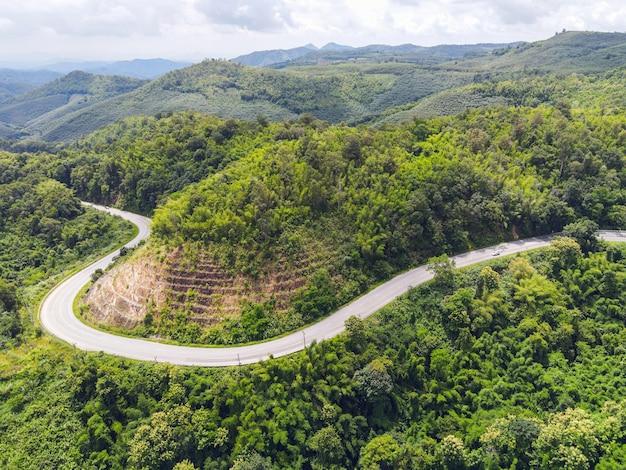 Nature de la forêt vue aérienne avec voiture sur la route sur l'arbre vert de la montagne, courbe de la route vue de dessus d'en haut, route vue à vol d'oiseau à travers la montagne la forêt verte bel environnement frais