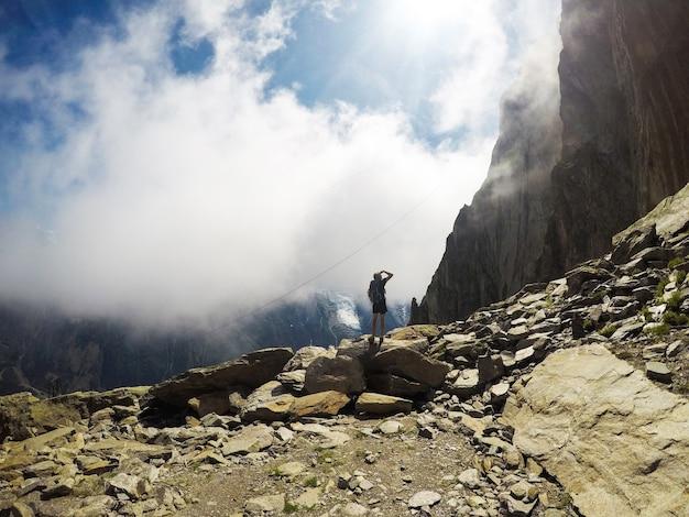 Nature et homme les amoureux dans les montagnes. extrême