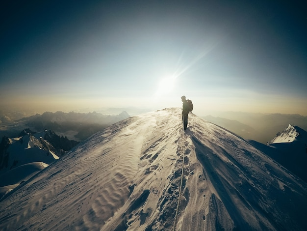 La nature et l'homme amoureux de la montagne extrême