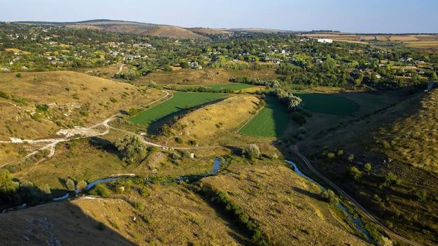 Nature de la moldavie, vallée avec rivière qui coule, pentes avec végétation clairsemée