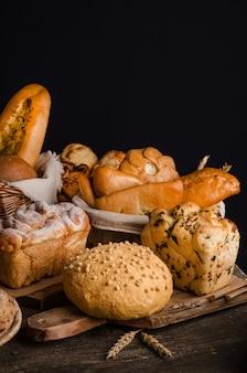 Nature morte d'un assortiment varié de pains sur un mur noir