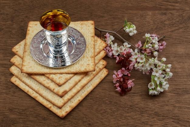 Nature morte au vin et au pain azyme de pâque