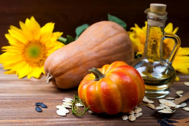 Nature morte d'automne avec citrouilles, huile et tournesol
