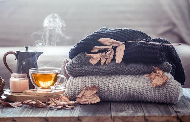 Nature morte d'automne confortable avec une tasse de thé
