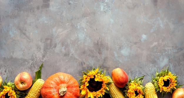Nature morte d'automne rustique avec citrouille, pommes et épis de maïs