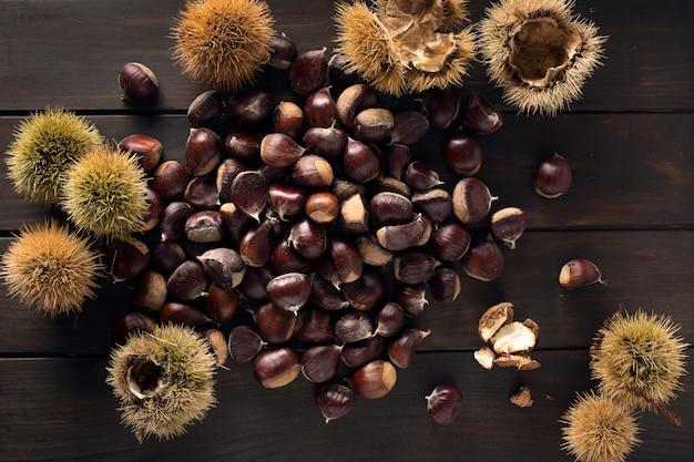 Nature morte aux châtaignes. castanea sativa châtaigne comestible. vue de dessus