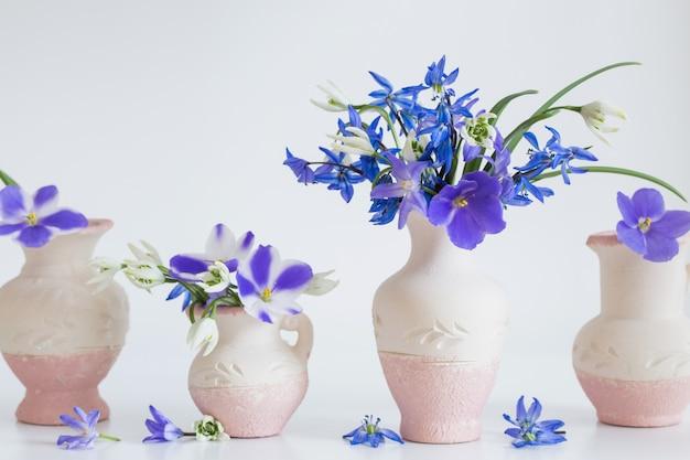 Nature morte aux fleurs bleues printanières