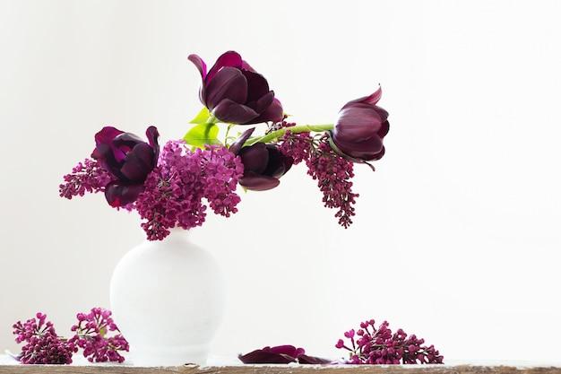 Nature morte aux fleurs de printemps