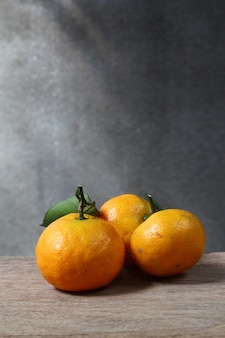Nature morte aux mandarines sur table en bois avec espace grunge
