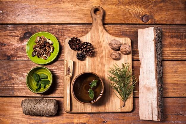 Nature morte aux noix sur une planche de bois