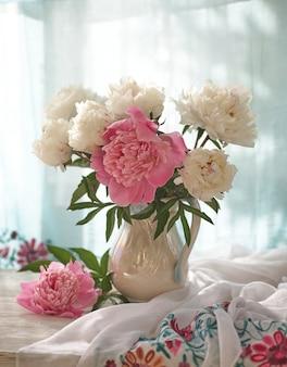 Nature morte aux pivoines blanches et roses dans un vase blanc