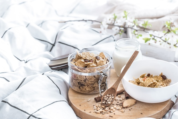 Nature morte avec un beau petit déjeuner sain au lit