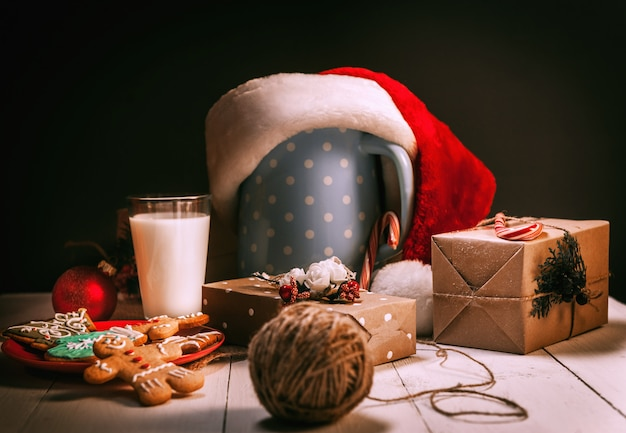 Nature morte de biscuits au gingembre et de lait. pot de cadeaux de noël. concept de noël.