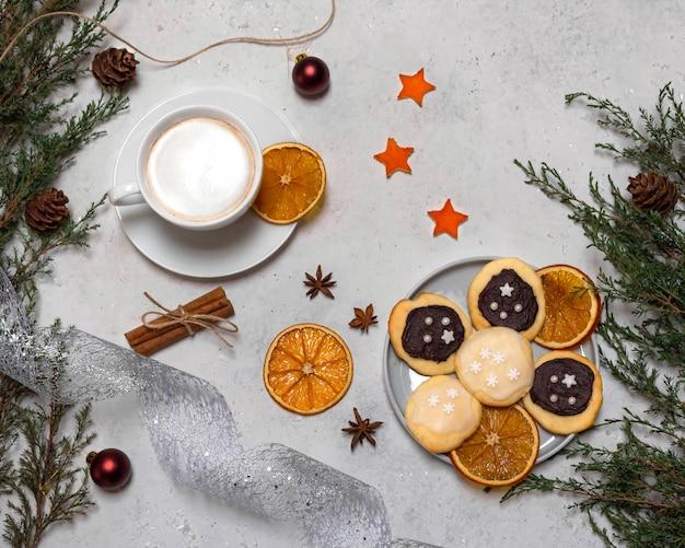 Nature morte avec des biscuits décorés, une tasse de café.