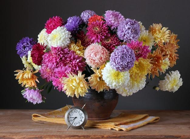 Nature morte avec un bouquet de chrysanthèmes.