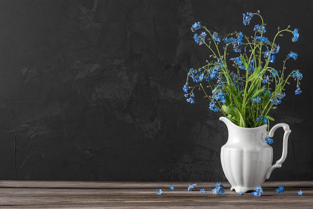 Nature morte avec bouquet de fleurs oubliez-moi pas dans un vase