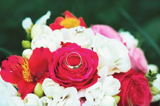 Nature morte avec bouquet de mariage et bagues de mariage