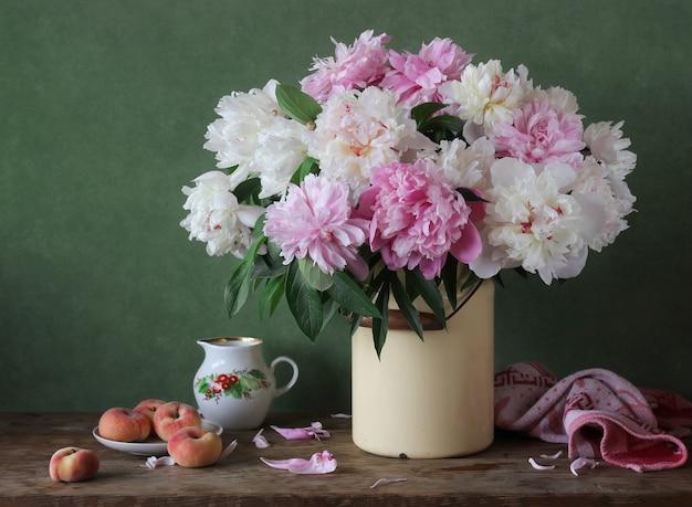 Nature morte avec un bouquet de pivoines roses et blanches en canettes.