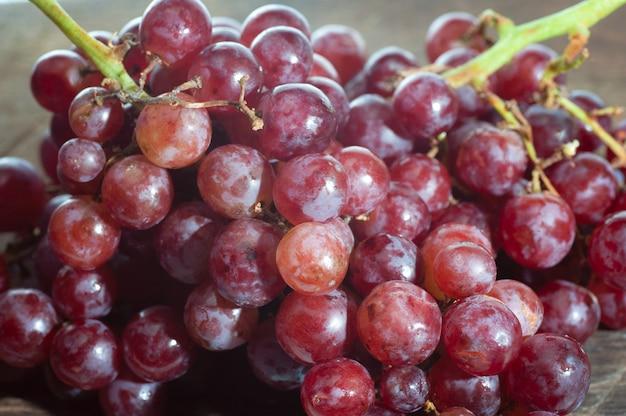 Nature morte de bouquet de raisin mis sur vieux bois