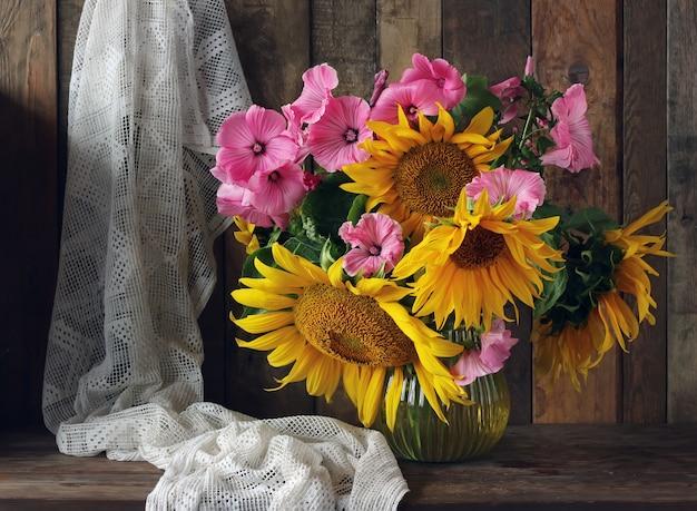 Nature morte avec un bouquet de tournesols dans un style rustique.