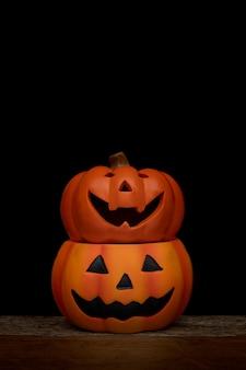 Nature morte citrouille d'halloween sur fond noir. concept d'halloween