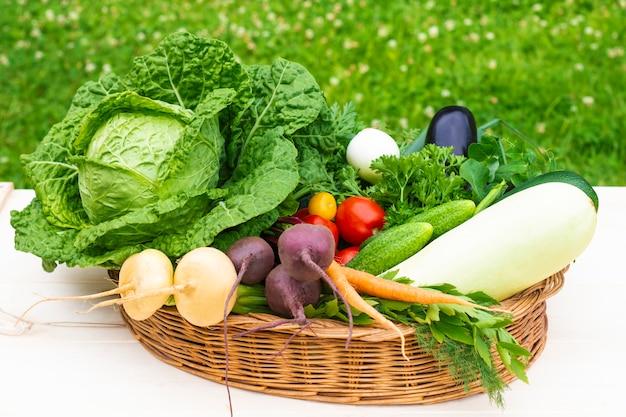Nature morte, composition de légumes naturels biologiques mûrs frais dans le panier.