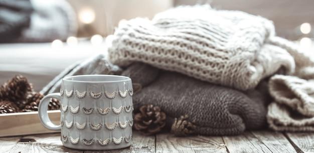 Nature morte confortable avec tasse de thé